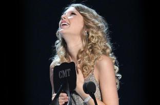 Taylor accepting an award at the CMTs