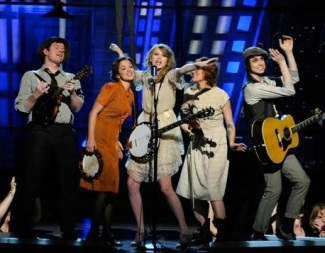 Taylor performs Mean at the Grammys