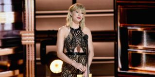 Taylor Swift and her stupid bangs made a guest appearance presenting the award for Entertainer of the Year. Not the worst of Tay Tay's goth- grunge getups.